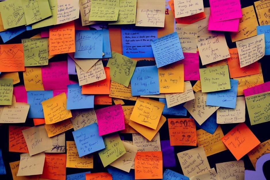 壁に貼られた大量の付箋メモ