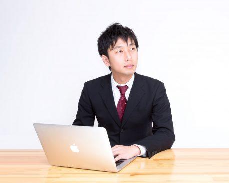macPCを使うビジネスマン